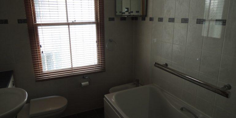 12-carnarvon-road-bathroom
